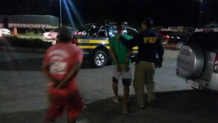 Os homens foram autuados por porte ilegal de arma